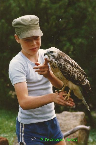 Markus Kroll im Alter von 12 Jahren mit Greifvogel